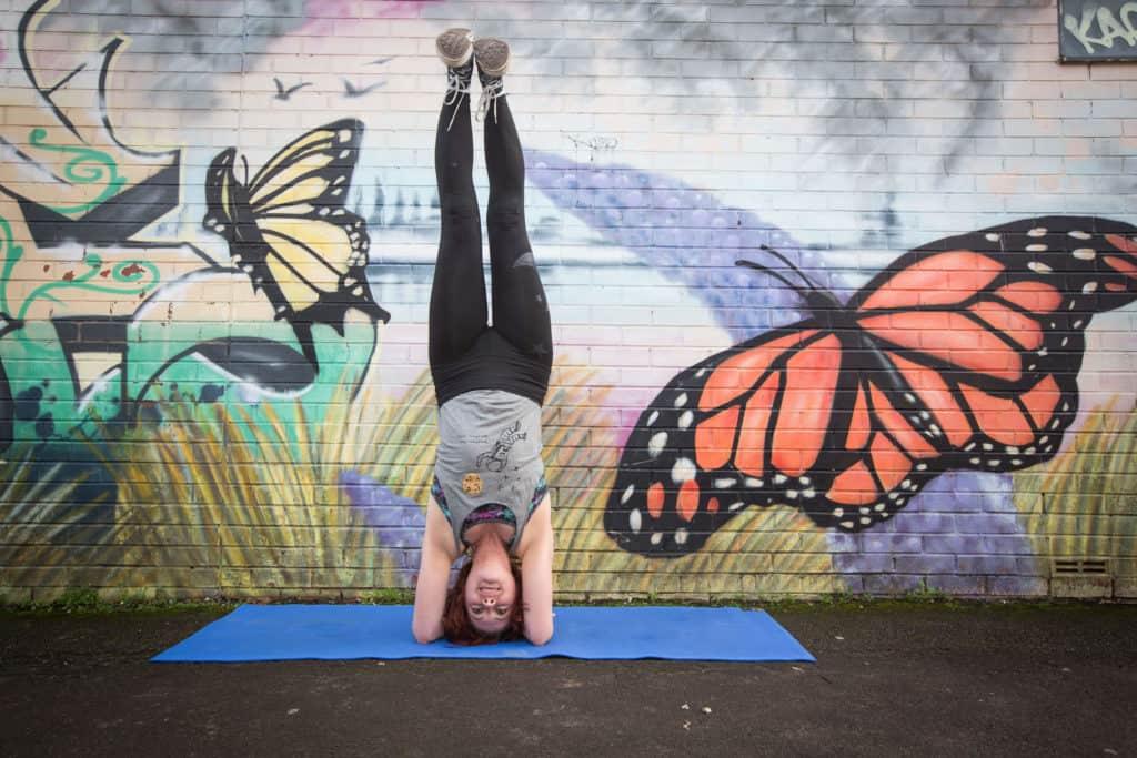 Yogafurie teacher Sinead demonstrating a headstand
